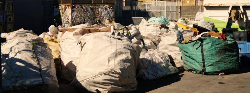 gesammelte Säcke voll Müll