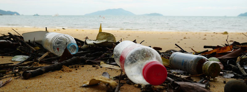 Plastikflaschen am Strand in Asien