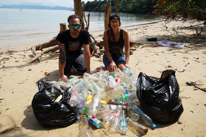 plastikflaschen am strand thailand