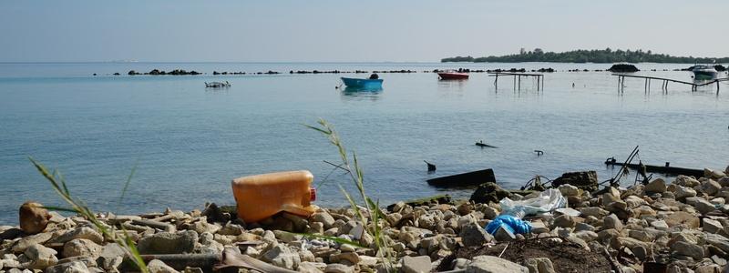 plastikmüll sammeln am strand