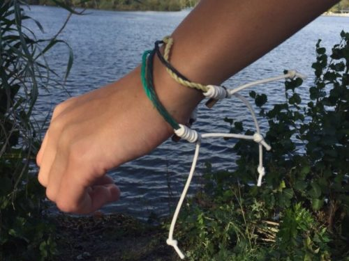 plastikrebell armband angezogen